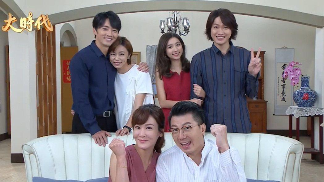 馬俊麟(左起)、王瞳、邱琦雯、吳皓昇、林玉書、黃少谷在「大時代」番外篇中拍攝「全...