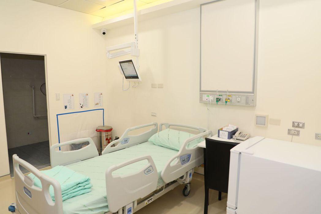 醫師楊朝瑋說明,院內設置2間獨立單人輻射隔離病房,接受輻射碘治療病患不用苦等病房...