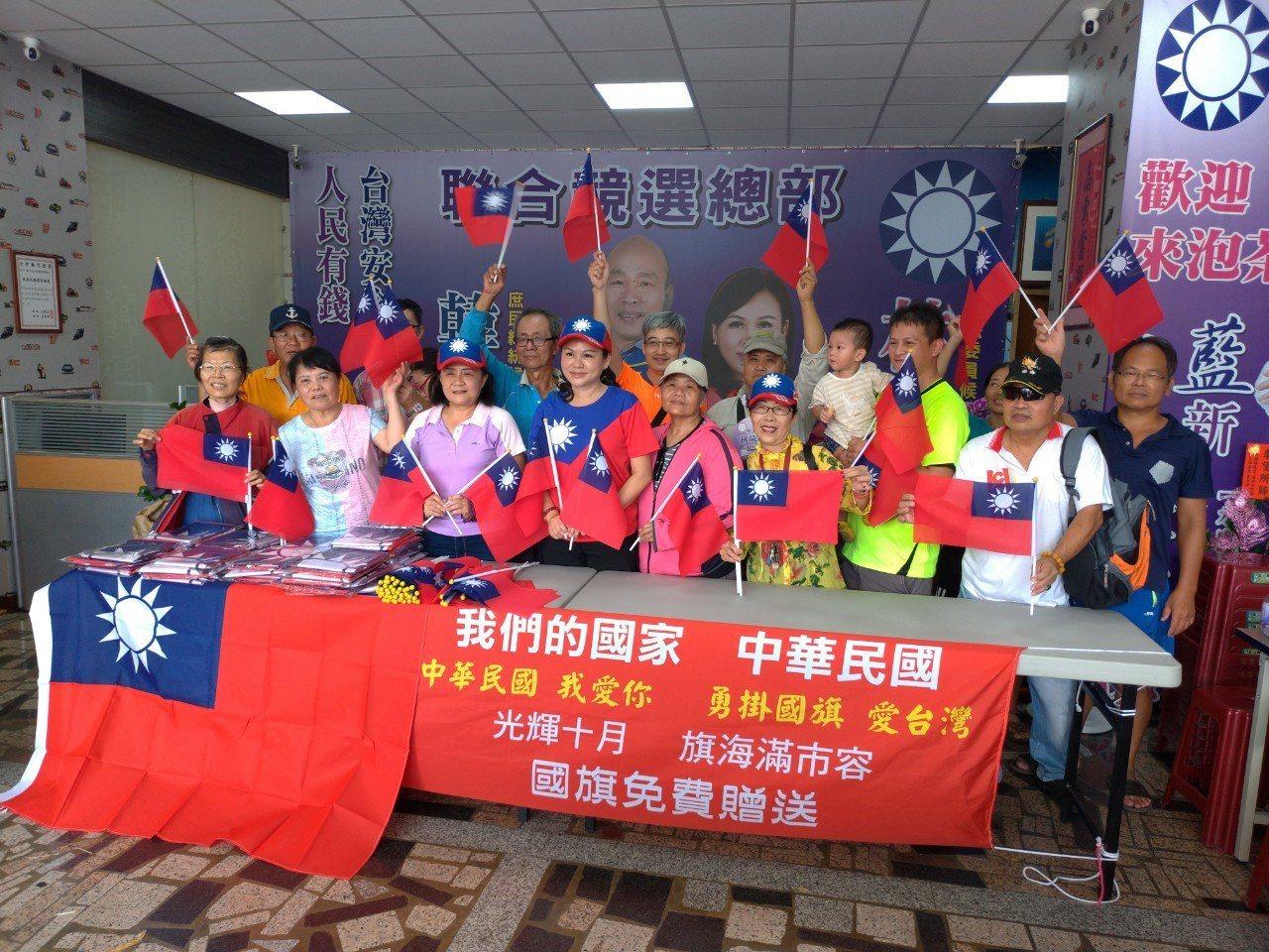 台南「熱心愛國市民」捐大小國旗 議員快閃分送秒殺