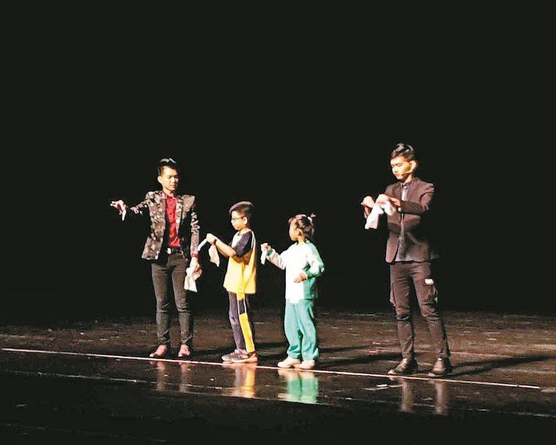 桃園市政府推動《牽手進劇場》,昨天由盛保羅魔幻劇團到校園表演大型魔術秀,和小朋友互動。 記者陳夢茹/攝影
