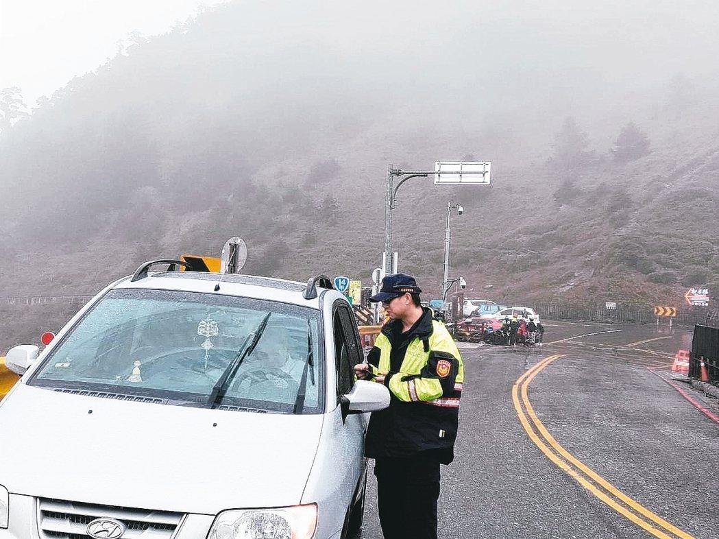 上月29日有老翁開車前往中橫公路,遇上半路快沒油的窘境,警方前往救援。 圖/警方...