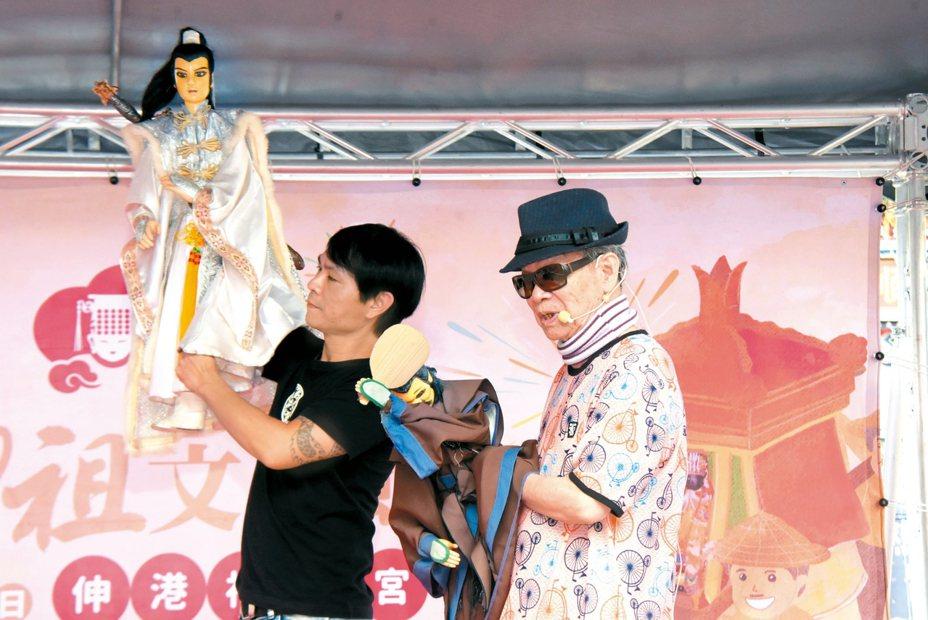 彰化縣府昨在伸港福安宮為媽祖祈福文化節宣傳,布袋戲大師黃俊雄(右)秀了一段布袋戲。 記者劉明岩/攝影