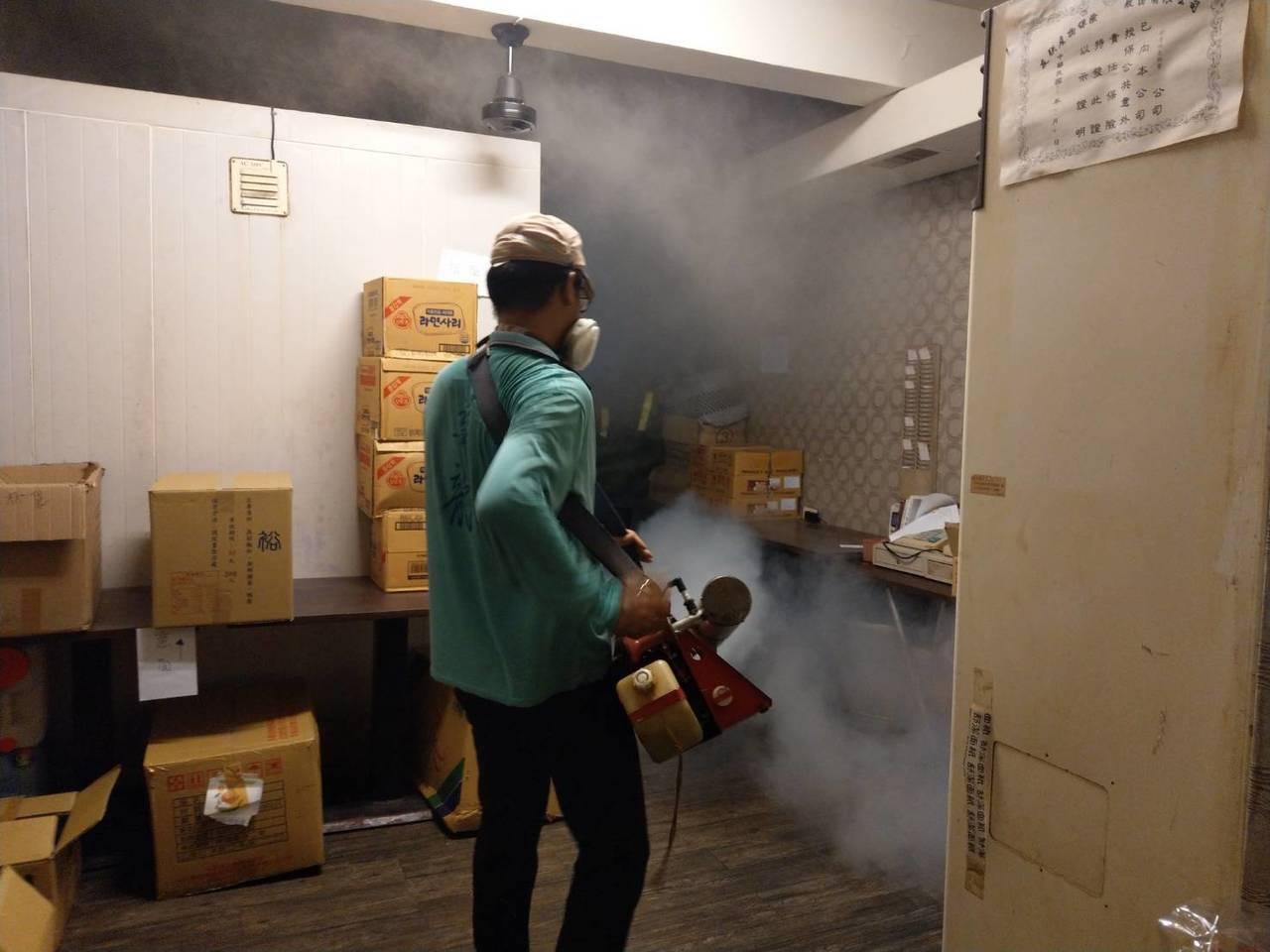 成大校園登革熱疫情再擴大,上午加強進行噴藥。 圖/台南市衛生局提供