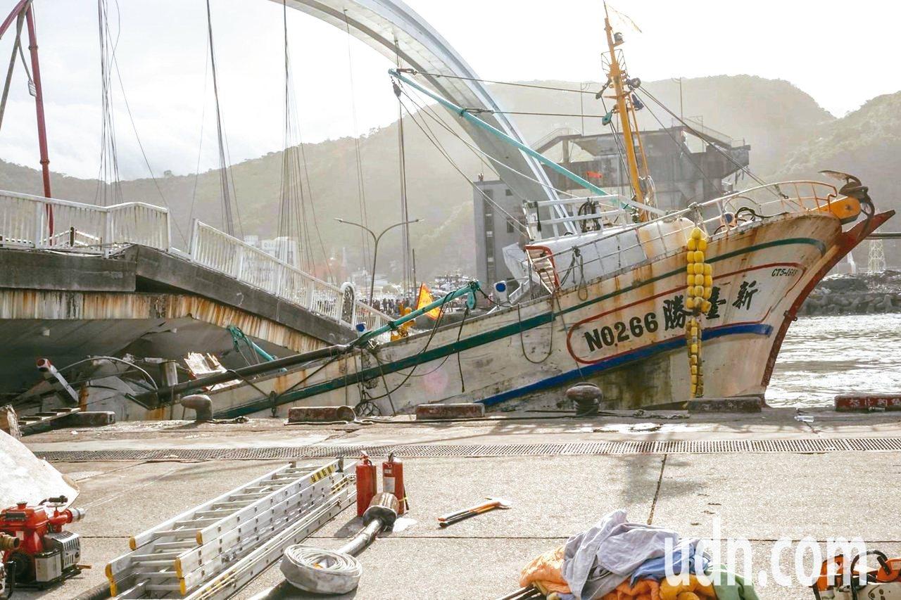 南方澳跨港大橋昨上午突然斷裂,還壓垮底下的漁船,下午在海軍兩艘船的合力下,順利從...