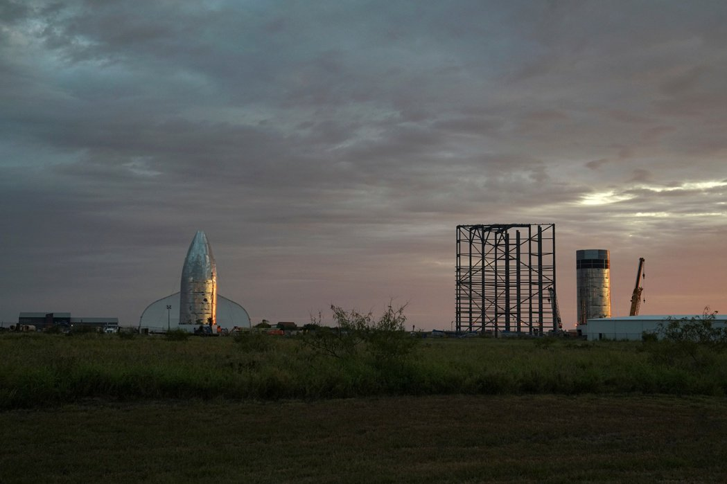 SpaceX旗下星艦火箭和Starhopper,都在墨西哥邊境以北數公里的波卡契...