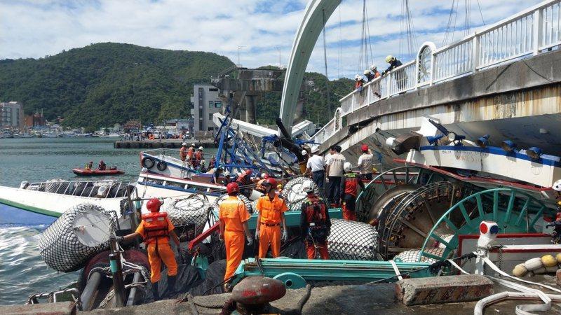 南方澳跨港大橋昨天上午突然斷裂,跨港的橋面落海,還壓垮底下的漁船。記者鄭超文/攝影