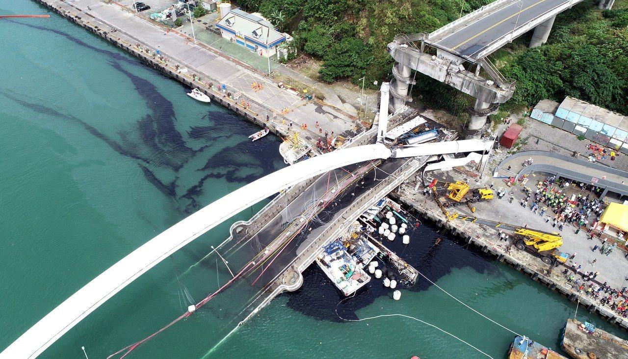 南方澳跨港大橋突然斷裂,還壓垮底下的漁船,海面遭漁船上的燃料油汙染。記者侯永全/...