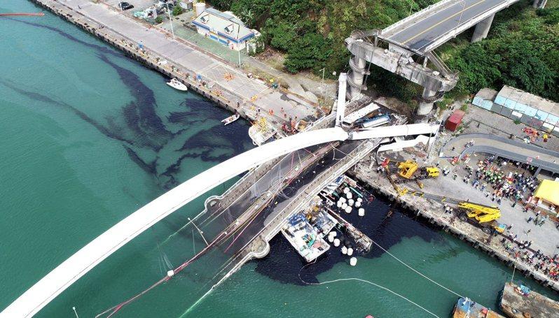 南方澳跨港大橋突然斷裂,還壓垮底下的漁船,海面遭漁船上的燃料油汙染。記者侯永全/攝影