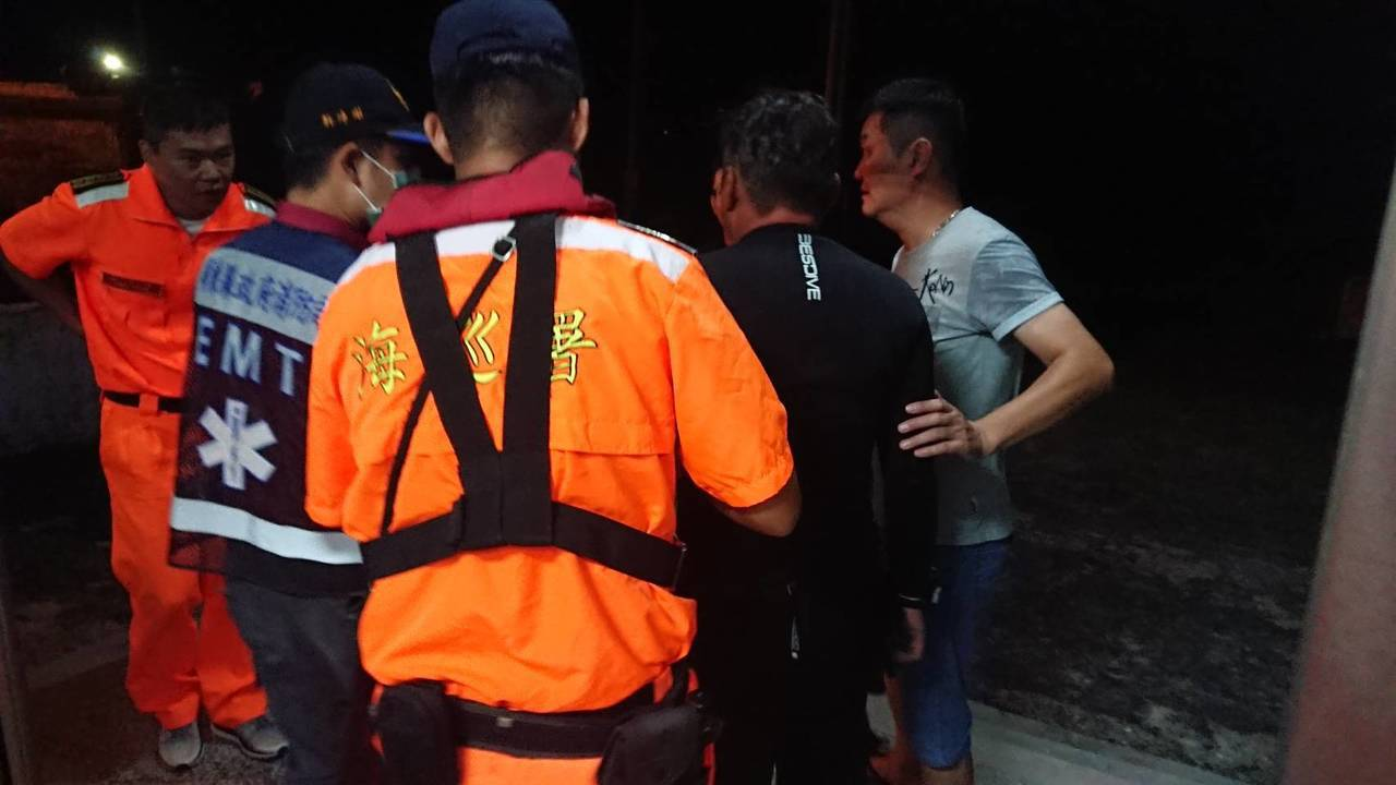 楊姓教練晚間7點40分被海上膠筏尋獲,意識清楚但身體虛弱,已送往醫院救治。記者江...