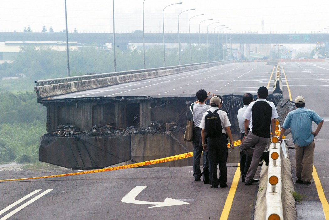2008年台中后豐大橋在颱風中斷掉,造成三死三失蹤。 圖/聯合報系資料照片