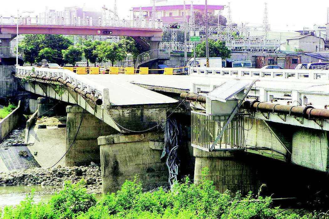 2001年受桃芝颱風影響,台中東門橋面斷裂,市府拆除重建。 圖/聯合報系資料照片