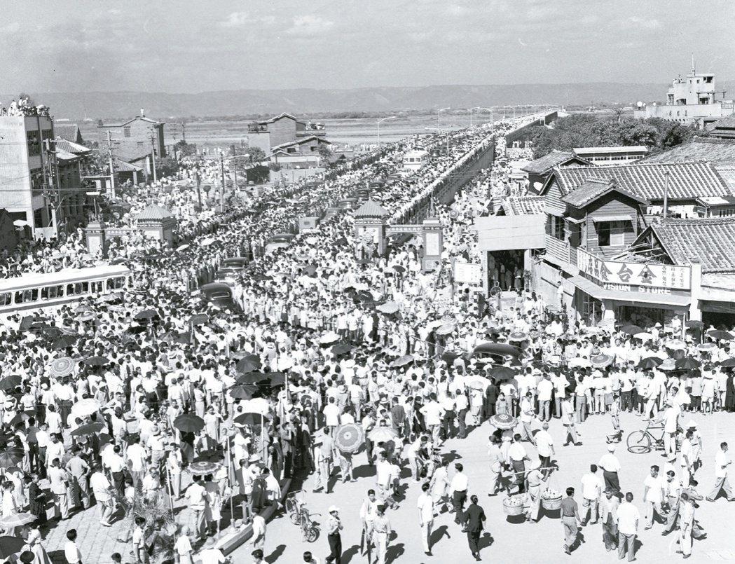 1958年橫跨淡水河、銜接台北市萬華和台北縣三重的中興大橋通車。1986年疑因長...