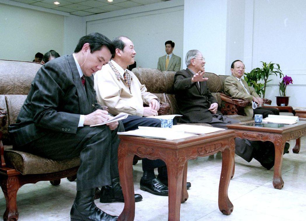 2000年總統大選,連蕭的競選總幹事由章孝嚴(右一)換成黃昆輝(左二)。 圖/聯...