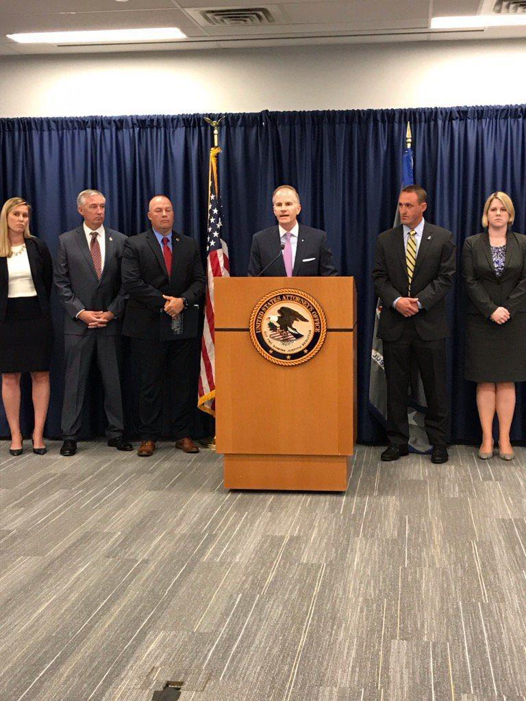 麥史文聯邦檢察官(中)起訴在網上銷售芬太尼,導致美國五人藥物過量死亡的三名中國男子。(取自推特)
