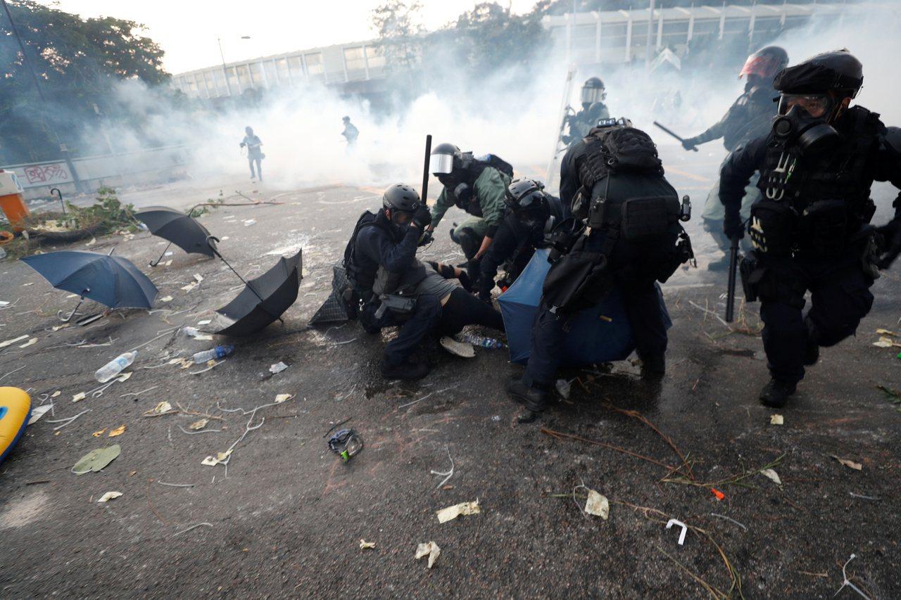 港警槍傷示威者 黃之鋒:這是謀殺+英外相:不符比例 +歐盟籲對話克制 路透社