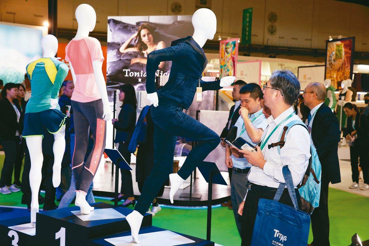 受中美貿易戰轉單效應影響,台北紡織展規模今年更大,圖為去年紡織展人潮。 圖/聯合...