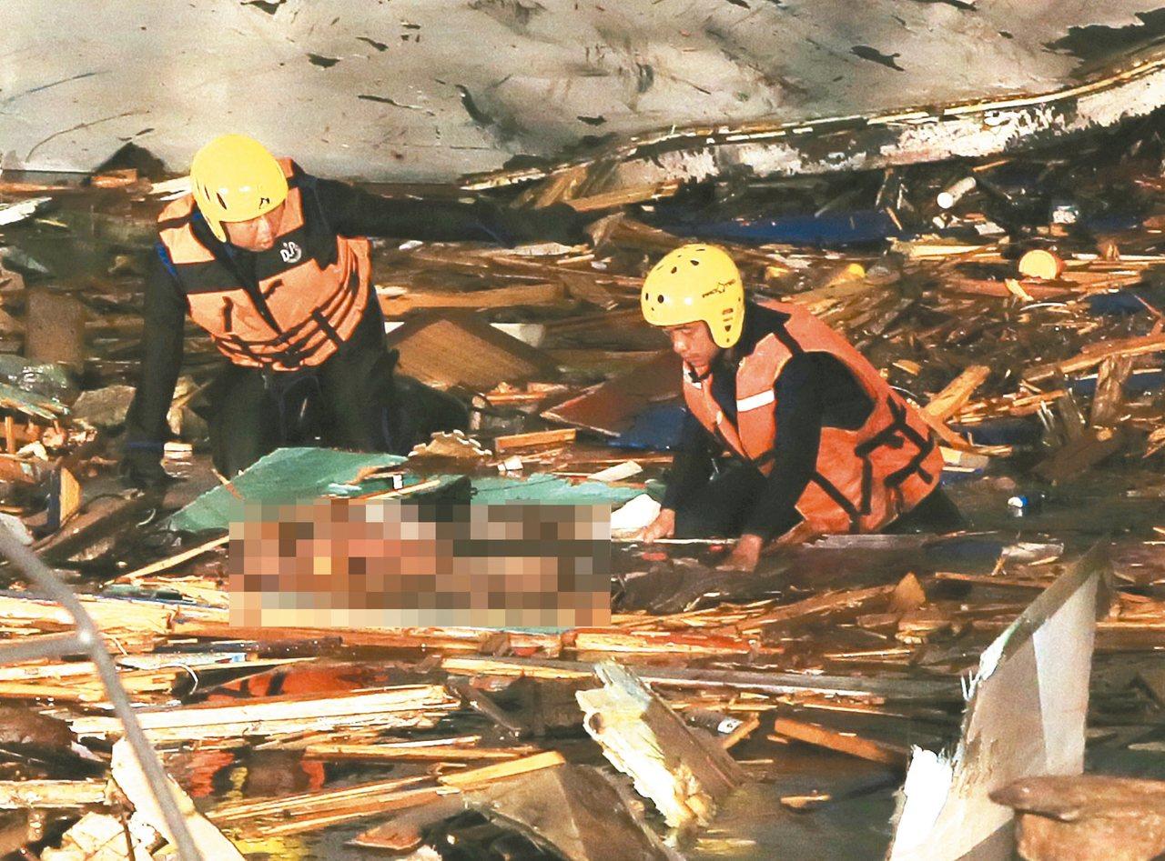 南方澳跨港大橋斷裂,搜救單位今天下午在現場水中發現第5具遺體。聯合報系資料照/記...