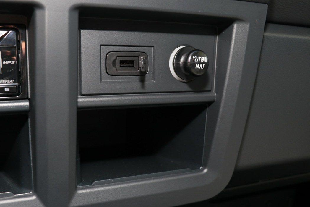中控台提供一組USB連接埠及12V電源。 記者陳威任/攝影