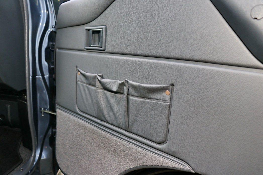 車門也提供置物袋。 記者陳威任/攝影