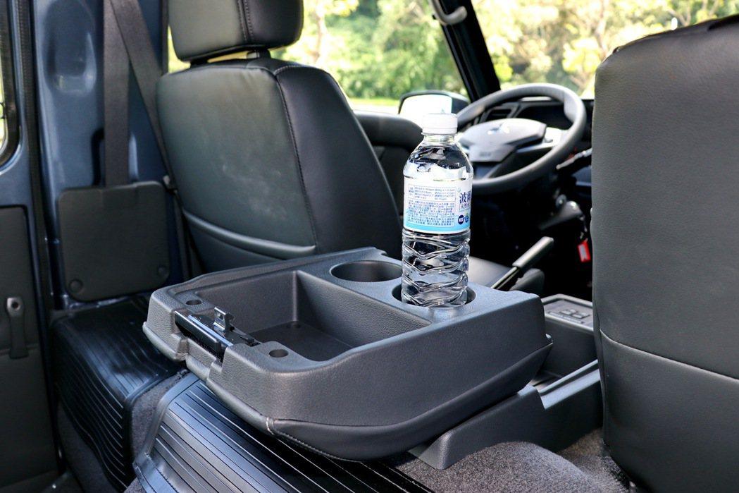中央扶手提供寬敞空間,還可向後翻折,作為置杯與置物空間。 記者陳威任/攝影