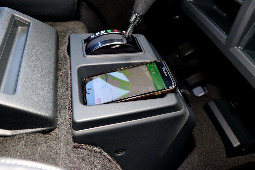 新增手機置放空間。 記者陳威任/攝影
