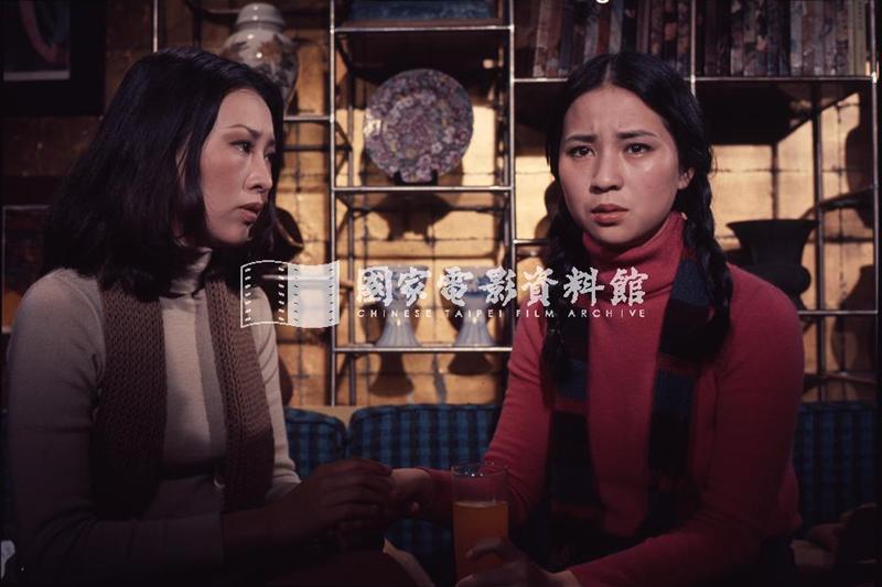 《浪花》劇照,圖為李湘(左)與林鳳嬌(右)。 圖/國家電影資料館