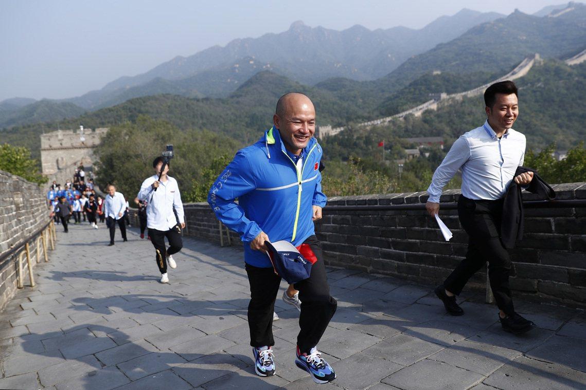 30日,劉澤基更在萬里長城管理部門的特意關照下,為其開通「綠色隧道」,以避開中國...