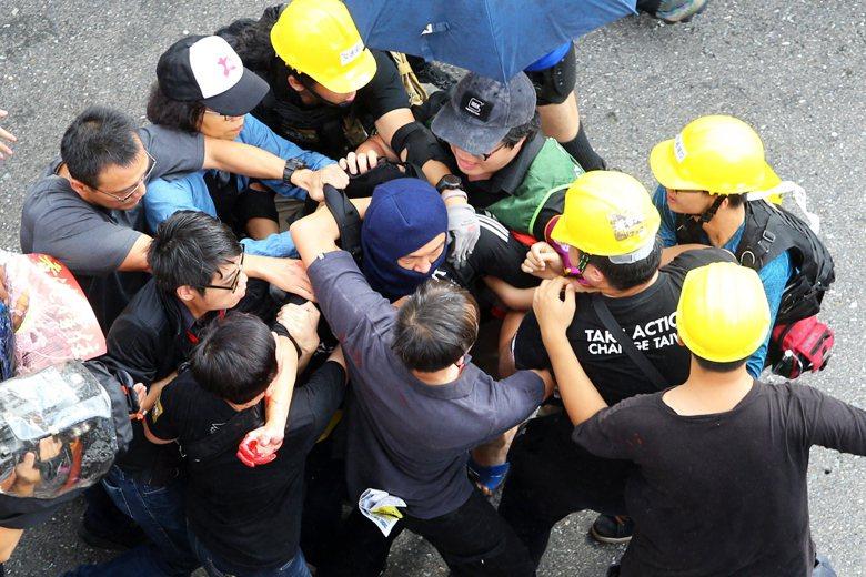 9月29日,香港歌手何韻詩在接受媒體聯訪時,遭一名蒙面男子噴漆,隨即遭民眾制伏。 圖/聯合報系資料照