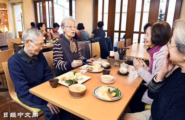 「COCO宮內」的老人們在一起吃午餐(川崎市中原區)