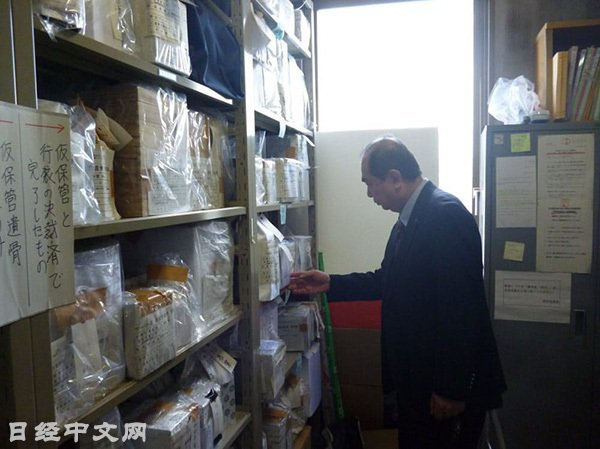 神奈川縣橫須賀市政府的一個房間裏保管了那些無人認領的骨灰