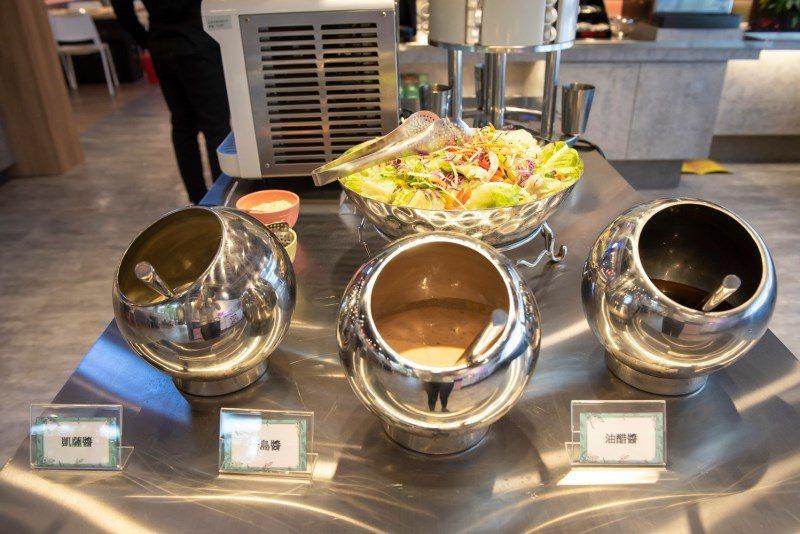 ▲生菜沙拉分別有凱薩醬、千島醬、油醋醬可做取用。