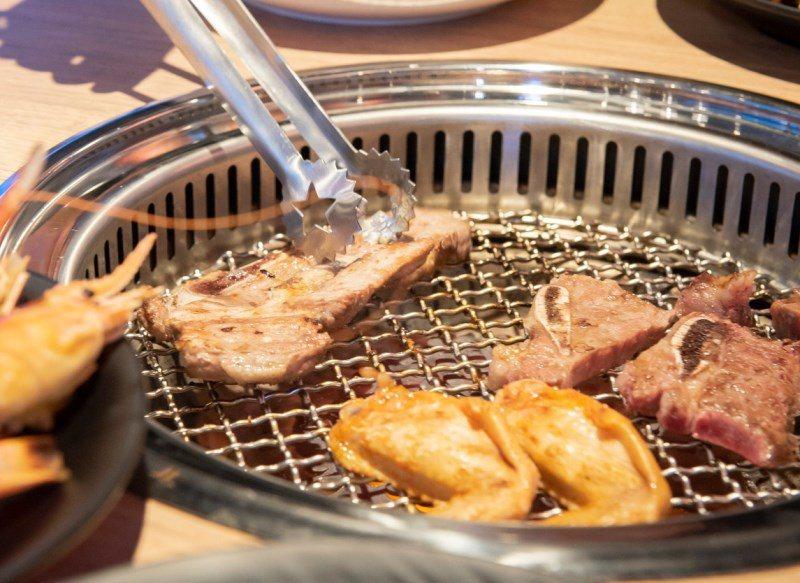 ▲美國胸腹肉油花分布細緻,肉質富彈性,吃起來帶有嚼勁。