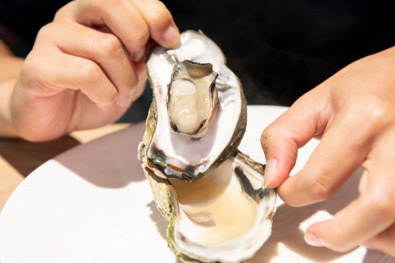 ▲除了狂吃泰國蝦,鮮甜飽滿的烤蚵一口吃下肚也很過癮。