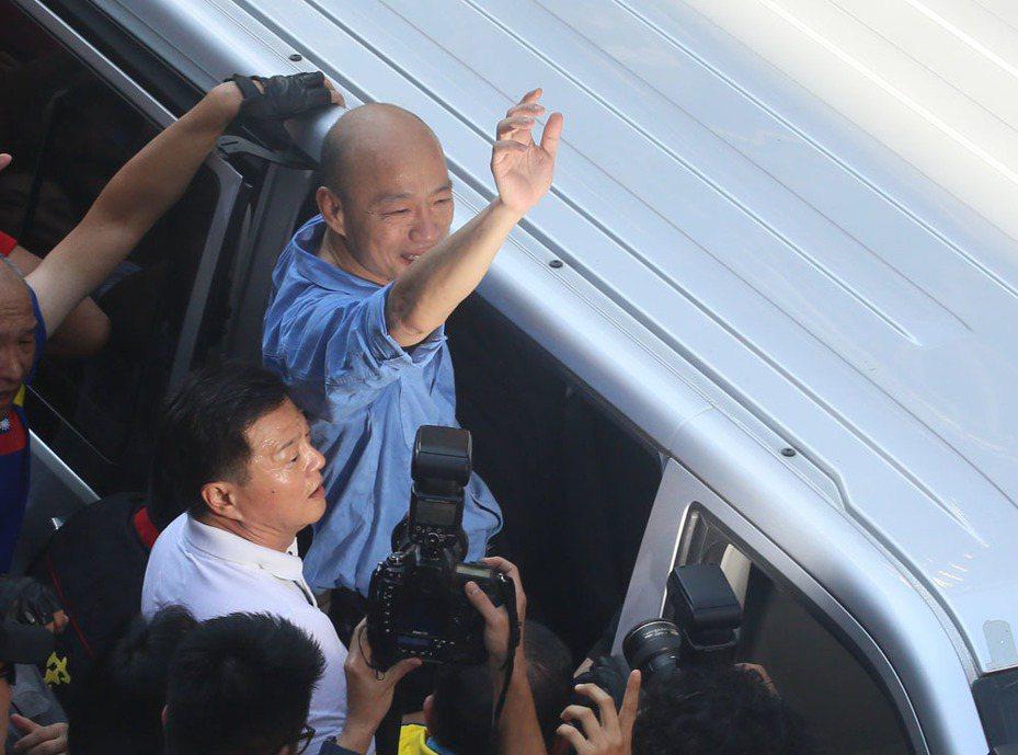 韓國瑜(右)的競選行程總有周錫瑋(左)一路陪同相挺。攝影/柯承惠