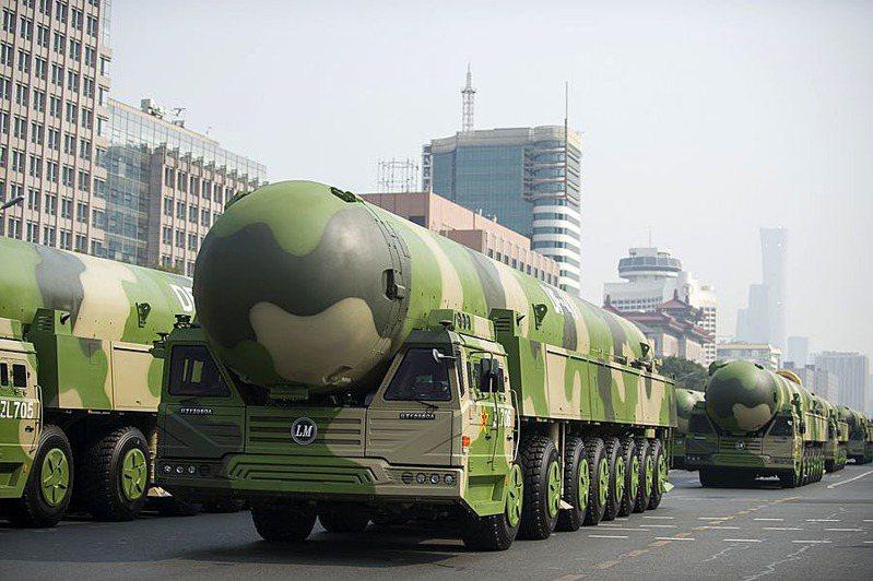 中國新一代機動發射型洲際彈道導彈東風-41,是今年中國閱兵焦點。翻攝自China Xinhua News Twitter