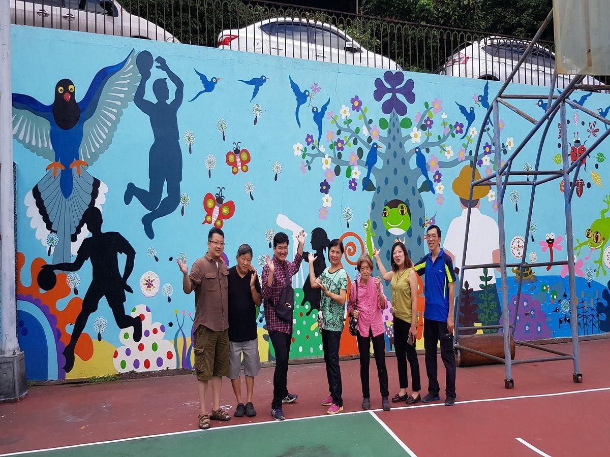 新店小城里民透過參與式預算提案,將僑愛籃球場一旁的水泥牆進行彩繪藝術改造,畫出里...