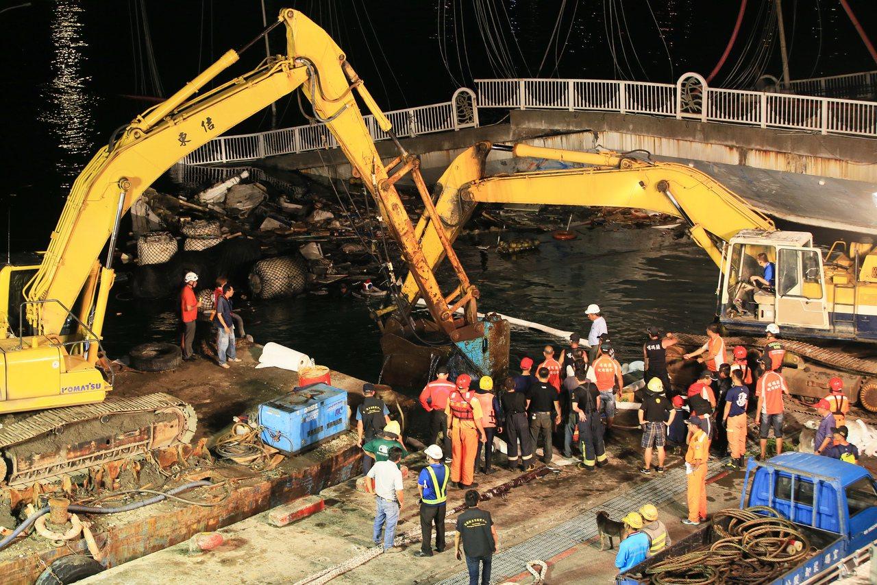 南方澳跨港大橋斷裂,搜救工作持續到凌晨。記者潘俊宏/攝影