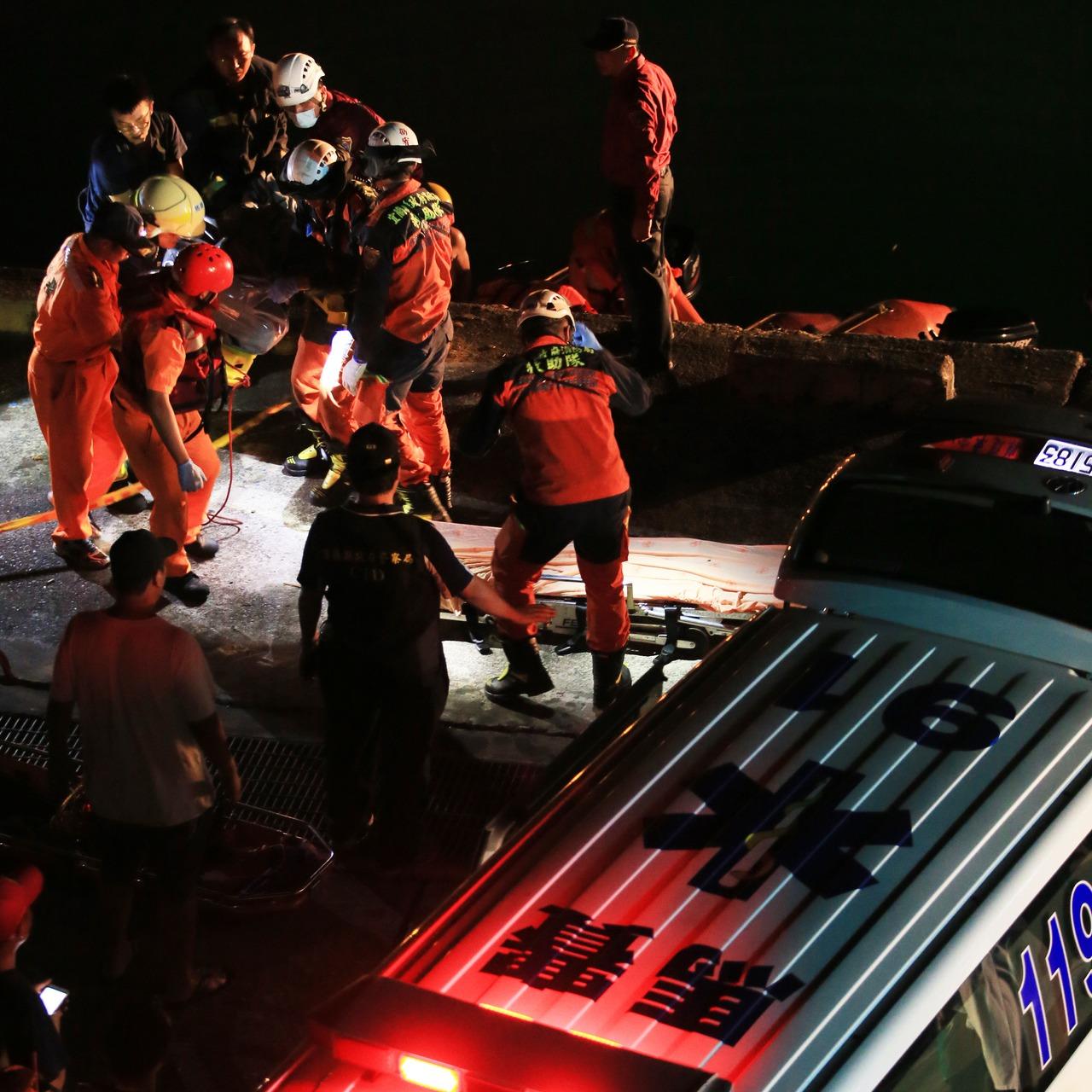 南方澳跨港大橋斷裂,搜救工作持續到凌晨先後發現兩具大體,由救護車送走。記者潘俊宏...