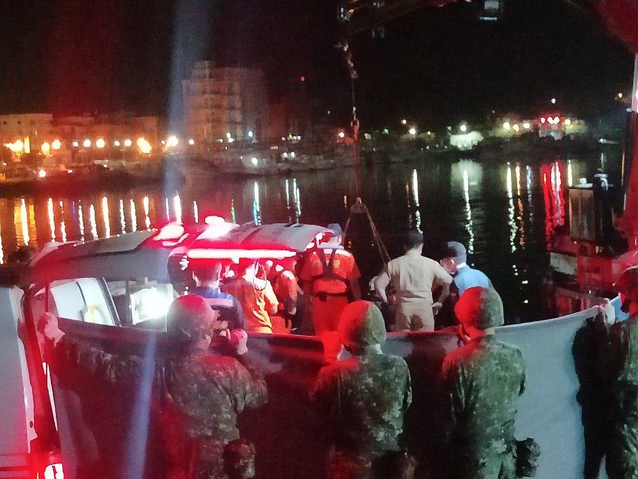 南方澳徹夜搜救,凌晨1點半時找到第三具大體。記者游明煌/攝影