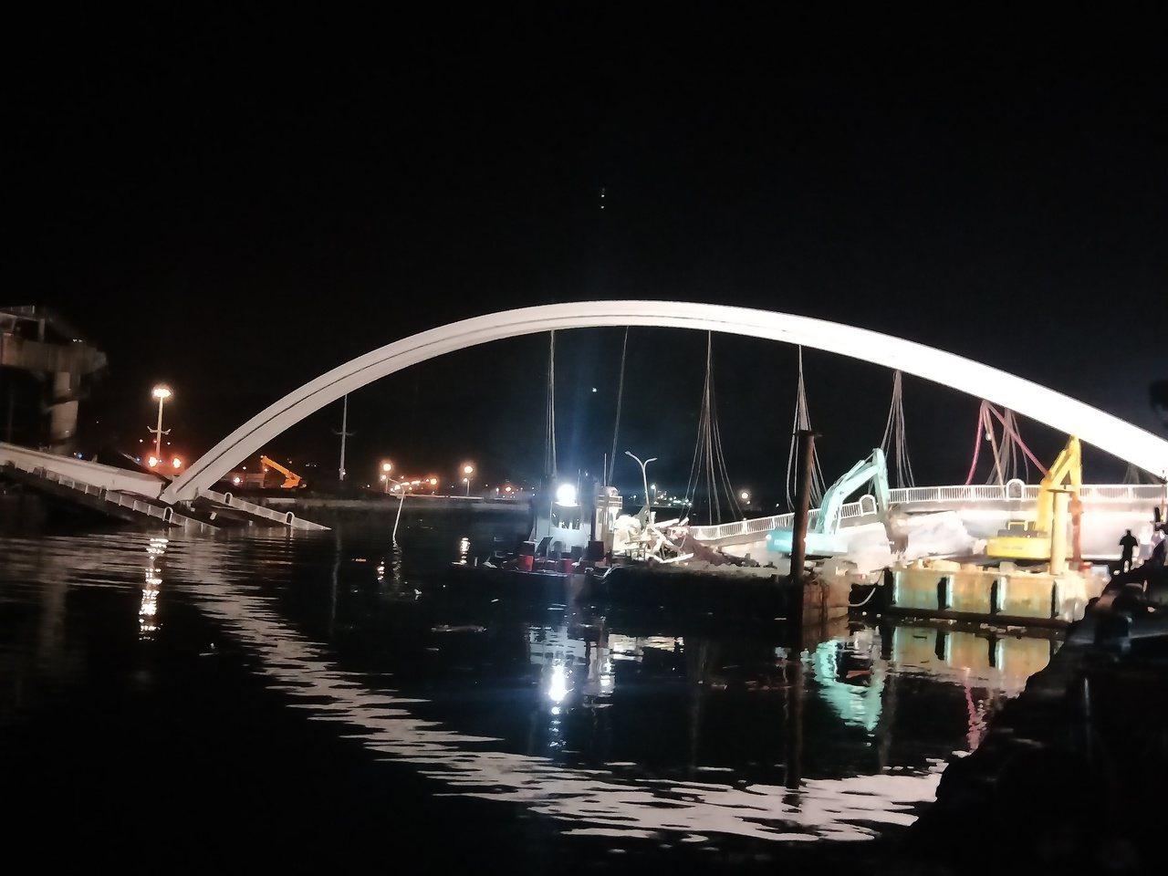 南方澳搜救現埸,凌晨5點仍全力搜救3名失踪外籍漁工,拱橋倒影夜更哀傷。記者游明煌...