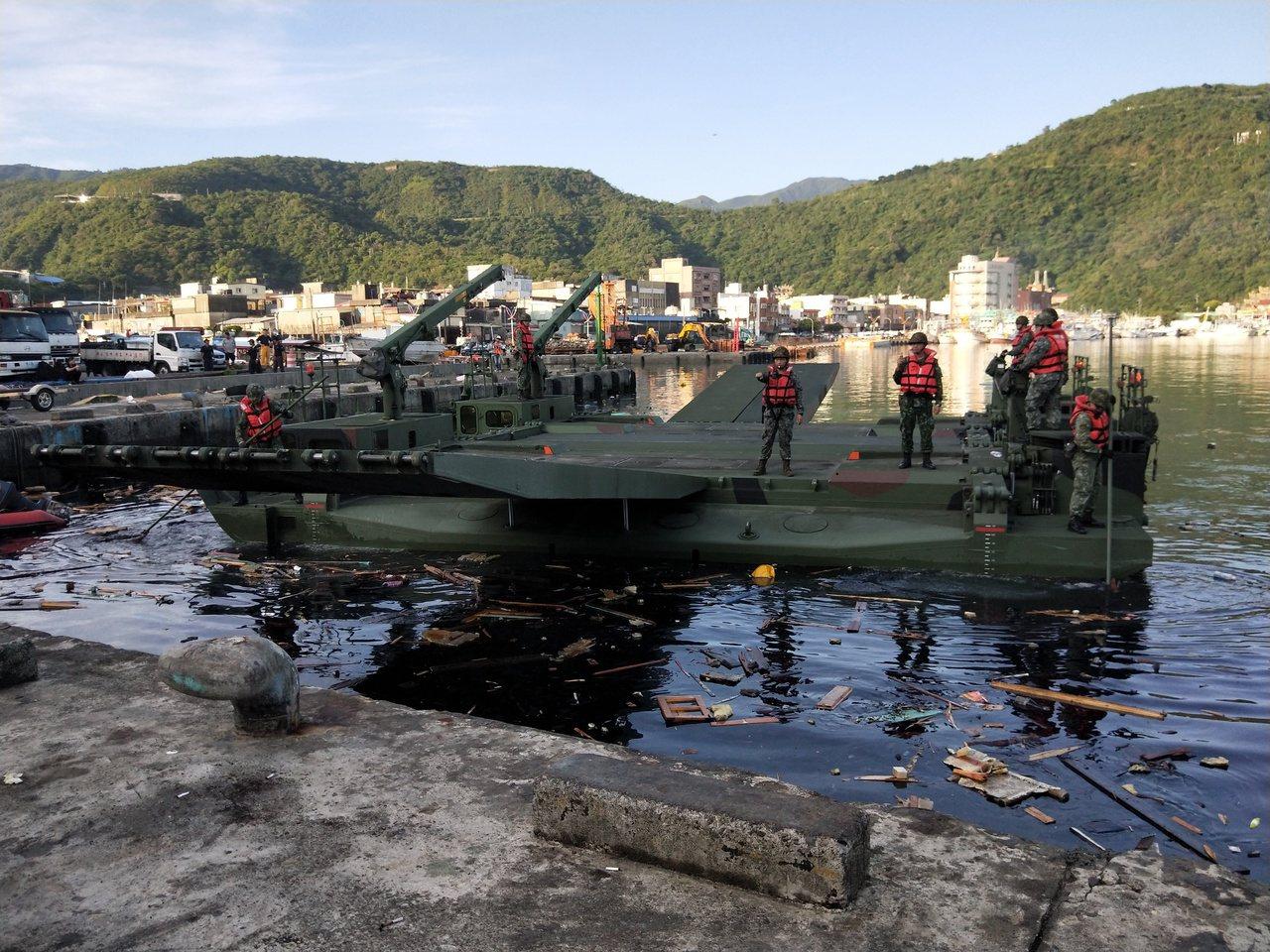 軍方工兵M3浮門橋進場,水下平台救援。記者游明煌/攝影