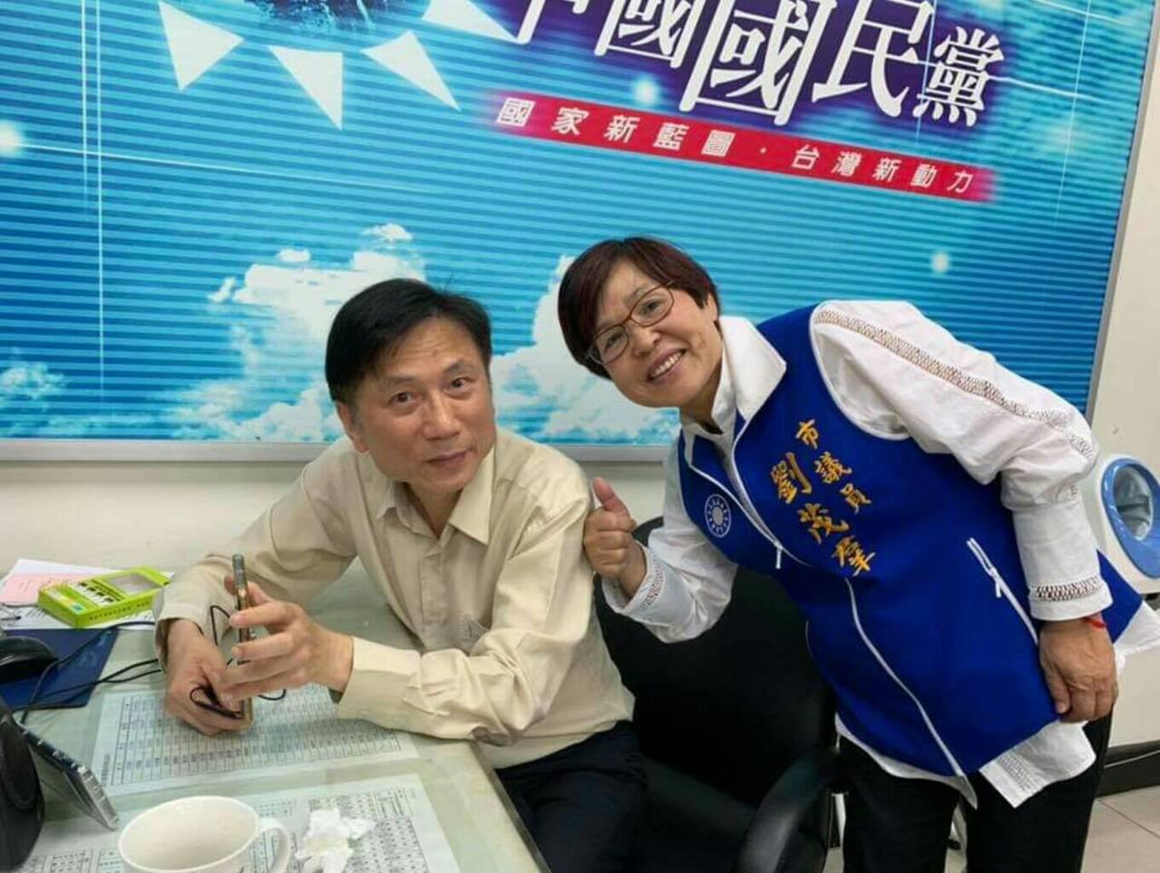 桃園市議員劉茂群(右)服務處驚傳槍擊,她求助市議員詹江村(左),不滿警方對槍擊案...