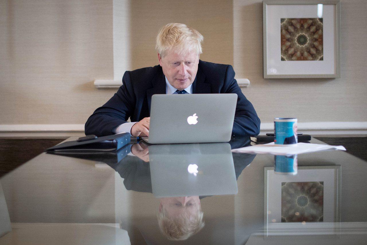 英國首相強生2日將在保守黨大會上公布他的脫歐計畫。圖為強生1日為演說做準備。路透