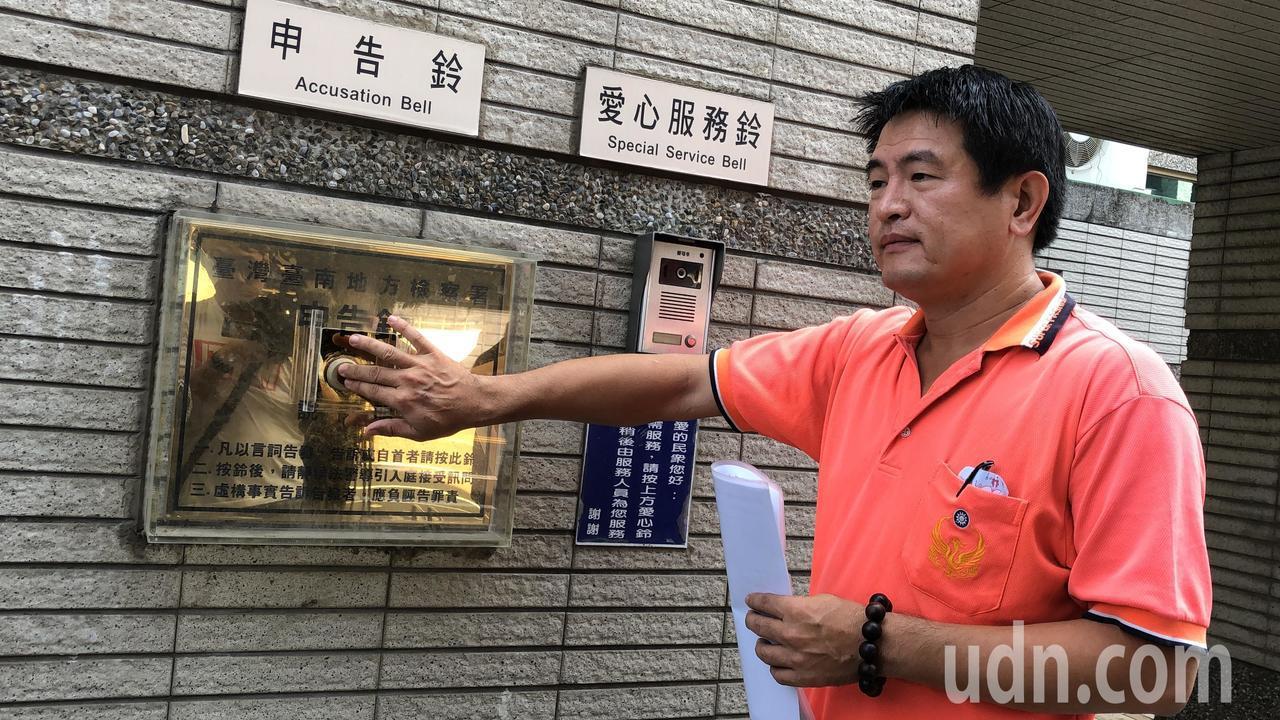 議長服務處主任黃龍生遭媒體影射喬非法工廠納管收錢,上午喊冤「沒有收錢」,並赴南檢...