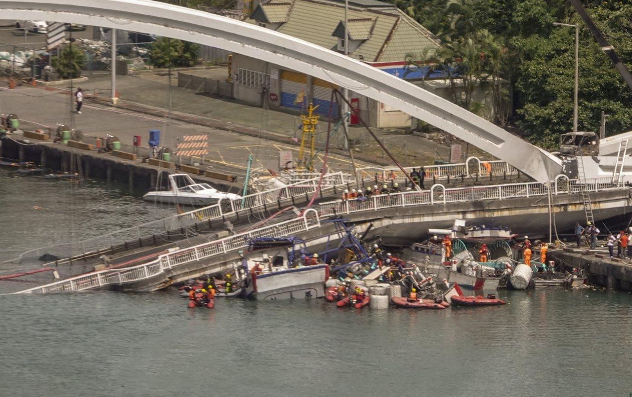 南方澳跨港大橋已造成四死。記者鄭超文/攝影