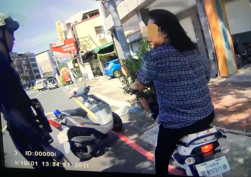 高雄市警方在交通新制上路,加強取締電動自行車騎士違規行為。記者林保光/翻攝