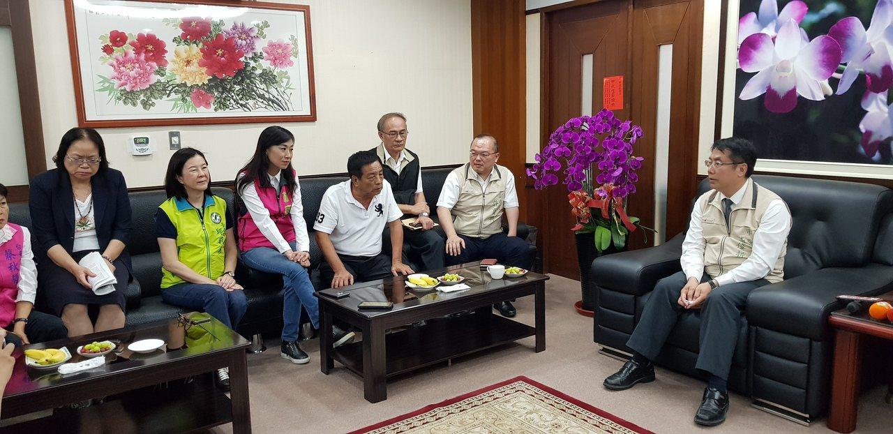 台南市長黃偉哲(右)上午到台南市議會議長室拜會。記者修瑞瑩/攝影