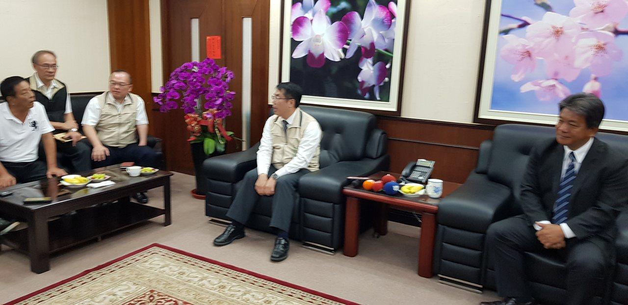 台南市長黃偉哲(中)上午到台南市議會拜會議長郭信良(右)等人。記者修瑞瑩/攝影