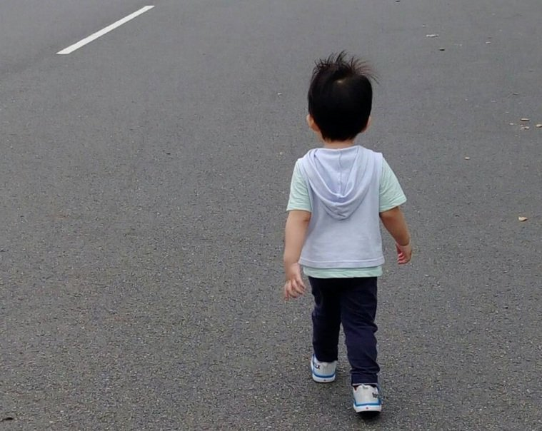 有些小孩因過動症而抖腿。圖/南投醫院提供