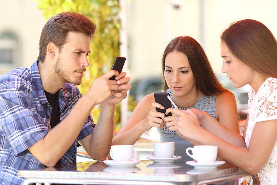 國外研究表示,逾2成大學生會受智慧型手機使用影響身心,且女比男更容易受影響;也可...